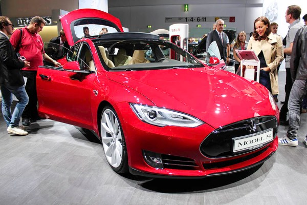 Elektroauto Tesla Model S in rot IAA 2015