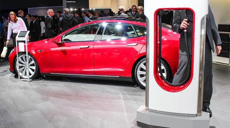 Elektroauto Tesla Model S und Supercharger auf der IAA 2015 in Frankfurt am Main.