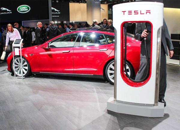 Elektroauto Tesla Model S und Supercharger IAA Frankfurt am Main