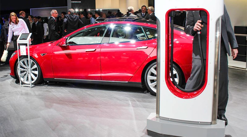 Elektroauto Tesla Model S und Supercharger IAA Frankfurt am Main