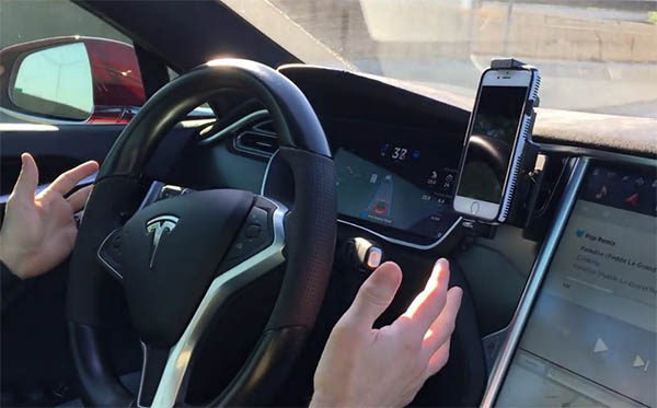 Hier testet ein Youtuber die neuen Assistenzfunktionen des Elektroauto Tesla Model S. Bildquelle: Ari Comet von Youtube.com
