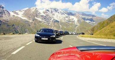 Dieses Bild ist beim letzten Event auf dem GroßGlockner entstanden, bei dem ersten schwarzen Elektroauto handelt es sich um das Tesla Model S. Bildquelle: bvmobil.at