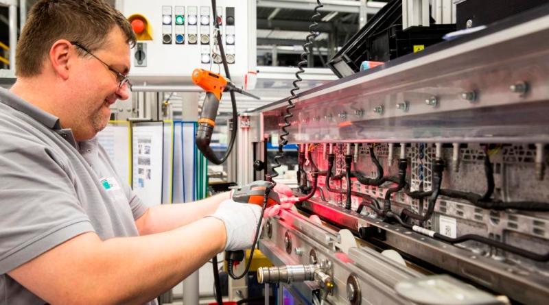 Hier wird eine der Batterieeinheiten montiert. Bildquelle: ACCUmotive / Daimler AG