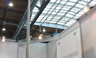 Auf der Hannover Messe hat eluminocity sein Light & Charge System präsentiert, die Ladestation kann auch an andere Straßenlaternen montiert werden. Der Vorteil ist hierbei, dass es bei vielen Parkplätzen bereits Straßenlaternen gibt und man so schnell und einfach die Ladeinfrastruktur verbessern kann.