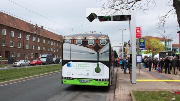 Elektrobus Solaris in Hannover von hinten mit Ladestation
