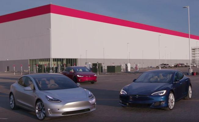 Die 3 aktuell verfügbaren Elektroautos von Tesla Motors (vlnr): Model 3 (silber), Model X (rot) und das Model S (blau). Bildquelle: Motor Trend (Screenshot von Youtube.com)