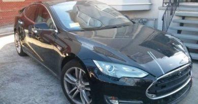 Elektroauto Tesla Model S mit Unfallschaden - teurer Schrott und Schnäppchen. Bildquelle: Craiglist