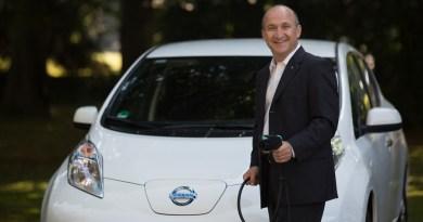 Thomas Hausch (Geschäftsführer der Nissan Center Europe GmbH) mit dem Elektroauto Nissan Leaf. Bildquelle: Nissan