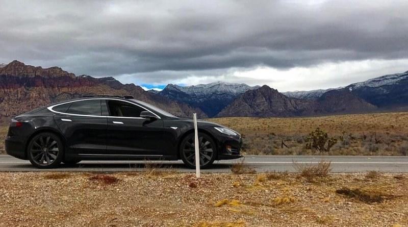 Mit seinem Elektroauto Tesla Model S ist Ryan Negri zusammen mit seiner Frau und den 2 Hunden in Nevada gestrandet, weil er den Wagen wegen eines Funklochs nicht mehr mit dem Smartphone starten konnte. Bildquelle: Ryan Negri/Instagram