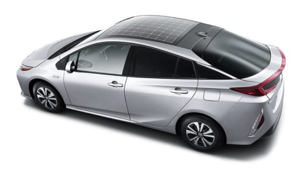 Das Plug-In Hybridauto Toyota Prius wird optional mit einem Solardach ausgeliefert, dass Dach stammt von Panasonic. Da Tesla Motors auch zu den Kunden des Batterie- und Autoteileherstellers gehört, könnte auch das Elektroauto Tesla Model 3 über ein Solardach verfügen. Bildquelle: Toyota