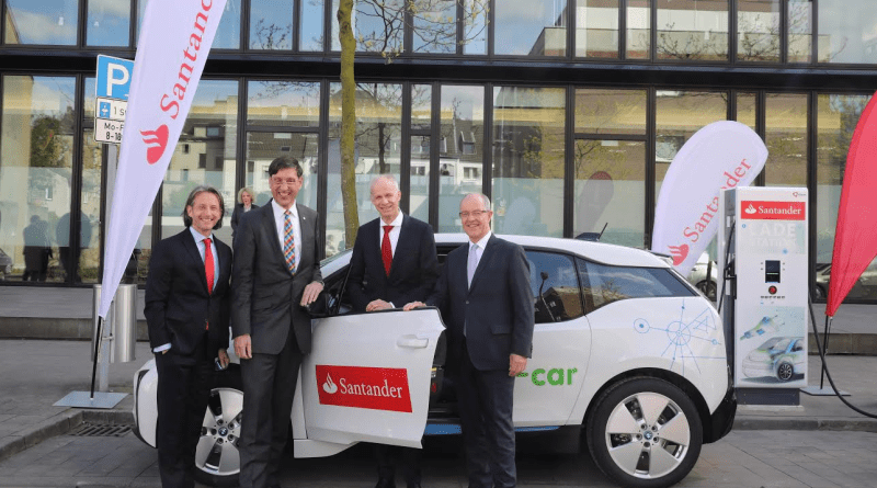 (v.l.n.r.) Thomas Hanswillemenke, Vorstand Mobilität bei der Santander Consumer Bank AG, nahm gemeinsam mit Dr. Norbert Verweyen, Bereichsleiter Effizienz bei innogy, Ulrich Leuschner, Vorstandsvorsitzender der Santander Consumer Bank AG und Hans Wilhelm Reiners, Oberbürgermeister in Mönchengladnach, ein Elektroauto der Firmenflotte und die Schnellladesäule in Augenschein. Santander Consumer Bank AG. (Foto: Detlef Ilgner).