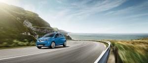 Das Leasingangebot ist bis zum 31. Oktober 2018 gültig und gilt für die Ausstattung LIFE mit 22 kWh-Batterie bei einer Laufzeit von 36 Monaten und einer jährlichen Fahrleistung von 7.500 Kilometern. Begleitet wird das Angebot durch eine starke nationale Werbung in Print- und Onlinemedien. Seit Markteinführung im Sommer 2013 ist der Renault ZOE der Marktführer im Segment rein batteriebetriebener Fahrzeuge. Im ersten Halbjahr 2018 stiegen die ZOE Zulassungen in Deutschland um 11 Prozent auf 2.691 Einheiten – ein neuer Rekord. Damit erreicht der ZOE auf dem deutschen Markt einen Elektro-Marktanteil von 15,6 Prozent. Mit dem in diesem Jahr eingeführten neuen R110-Motor mit 80 kW/110 PS ist der elektrische Kleinwagen attraktiver denn je. Trotz der Leistungssteigerung um 12 kW/16 PS müssen ZOE Kunden keine Einbußen bei der Reichweite hinnehmen. Mit der Z.E. 40 Lithium-Ionen-Batterie beträgt diese bis zu 300 Kilometer. Bildquelle: Renault