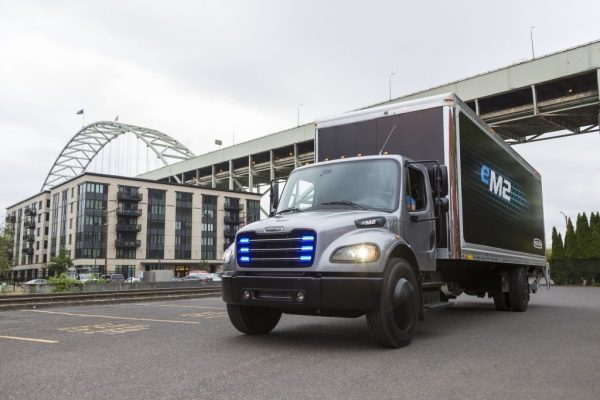 Elektrisch angetriebener mittelschwerer eM2 Lkw für den lokalen Einsatz Fully electric medium duty truck eM2 for local distribution. Bildquelle: Daimler AG