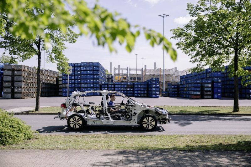 Das Schnittmodell eGon zeigt, wie das Elektroauto VW e-Golf weitgehend ohne Hüller aussieht. Gon: the e-Golf unveiled. Driver Justin Pausch. Bildquelle: Volkswagen AG