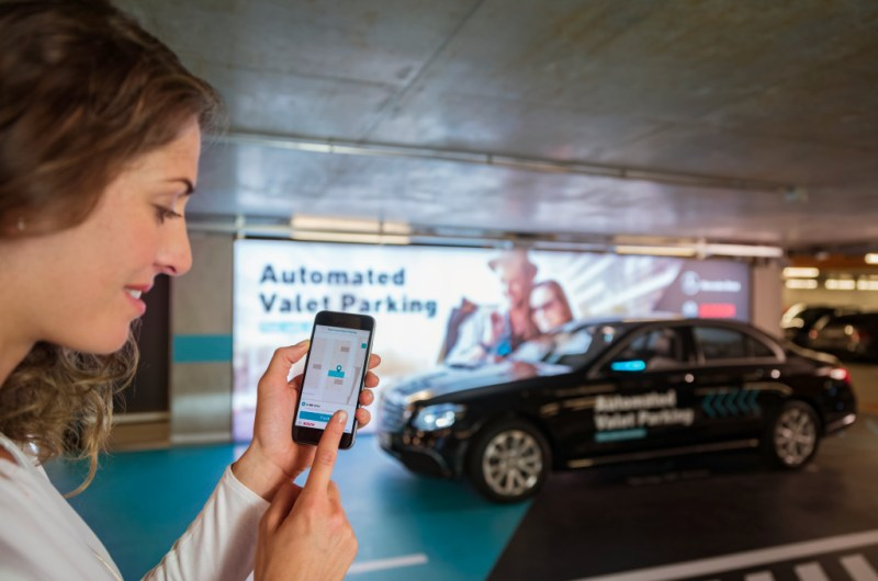 Fahrerloses Parken im realen Verkehr: Weltpremiere im Parkhaus des Mercedes-Benz Museums. Per Smartphone-Befehl fahren Autos fahrerlos in einen zugewiesenen Stellplatz, ohne dass der Fahrer das Manöver noch überwachen muss. Möglich wird das fahrerlose Parken mithilfe einer intelligenten Parkhaus-Infrastruktur von Bosch im Zusammenspiel mit der Fahrzeugtechnik von Mercedes-Benz.   Driverless parking in real-life traffic: World premiere in the multi-storey car park of the Mercedes-Benz Museum. Cars proceed without a driver to an assigned parking space in response to a command issued by smartphone, without any need for the driver to supervise the manoeuvre. Driverless parking is made possible by an intelligent multi-storey car park infrastructure from Bosch in conjunction with the vehicle technology from Mercedes-Benz. Bildquelle: Daimler AG / Bosch