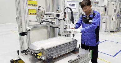 Der globale Batterie-Produktionsverbund innerhalb des Produktionsnetzwerks von Mercedes-Benz Cars hat die dritte Fertigungsstätte in Betrieb genommen: In der Region Bangkok wurde eine Fabrik für Plug-In-Hybrid-Batterien eröffnet. Die Mercedes-Benz AG hat gemeinsam mit den lokalen Partnern Thonburi Automotive Assembly Plant (TAAP) und Thonburi Energy Storage Systems (TESM) insgesamt mehr als 100 Millionen Euro in die Batterieproduktion und eine Werkserweiterung des bestehenden Fahrzeugwerks investiert. // The global battery production network within the Mercedes-Benz Cars production network has put another production facility into operation: A factory for plug-in hybrid batteries has been opened in the Bangkok region in Thailand. Together with the local partners Thonburi Automotive Assembly Plant (TAAP) and Thonburi Energy Storage Systems (TESM), Mercedes-Benz AG has invested a total of more than 100 million euros in the battery production and a plant expansion of the existing factory. Bildquelle: Mercedes-Benz