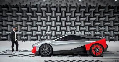 BMW Sound Designer Renzo Vitale und das Elektroauto BMW Vision M NEXT im Freifeldraum. (11/2019). Bildquelle: BMW
