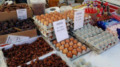 Datteln und frische Eier