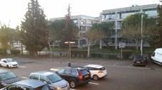 Parkplatz mit Zaun und Tor