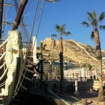 Segelschiff mit Burg in Hintergrund