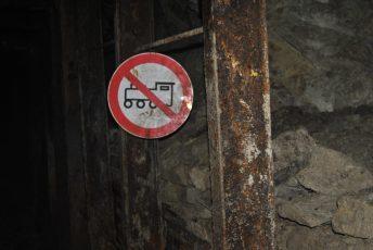 Ein altes Schild Untertage, hier enden heute die Schienen (1)