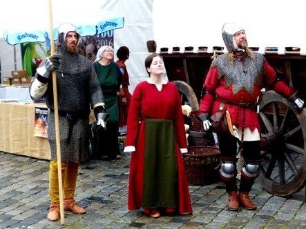 mittelalterliche Zuschauer beim Glockenspiel