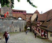 Auf der Burg geht es steil zu