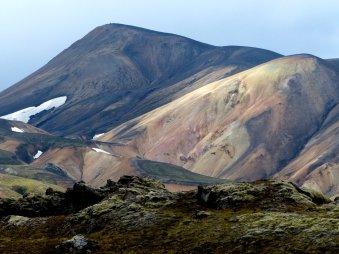 Lava, Liparitgestein und Schneereste im Hochsommer - Island