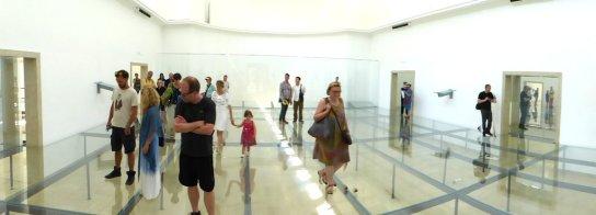 Besucher als Teil der Performance im Dt. Pavillon