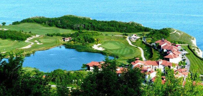 Panoramablick auf Dorf und Golfplatz