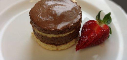 Mousse au chocolat Törtchen mit Biskuit