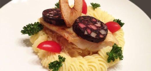 Zanderfilet mit gebratener Blutwurst auf Rahmsauerkraut mit Kartoffelpüree