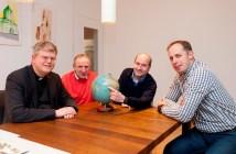 Pfarrer Martin Klüsener, Heinz-Hermann Reeke (Wadersloh), Klaus Grothues (Liesborn) und Andreas Engels (Bad Waldliesborn) freuen sich auf die Reise nach Afrika