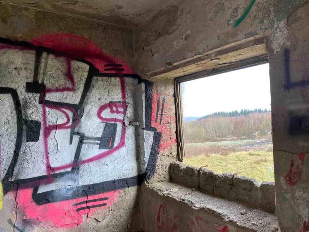 Fenster und Mauer mit Graffiti