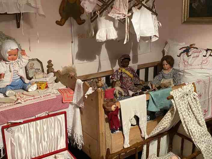 Puppen in Kinderbett