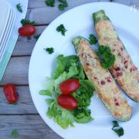 Zucchini-Schiffchen mit Frischkäse, Zwiebeln und Schinken