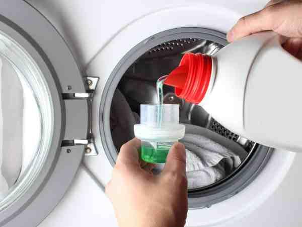 Flüssiges Waschmittel in einer Kappe