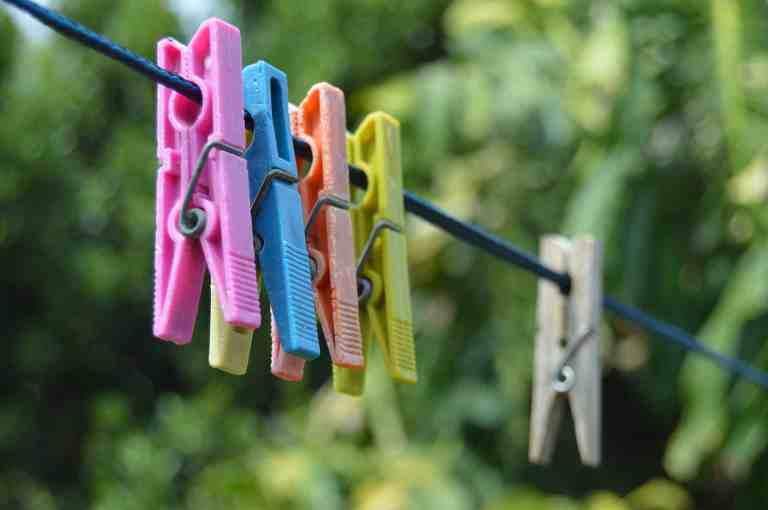 Plastik-Wäscheklammern auf der Leine