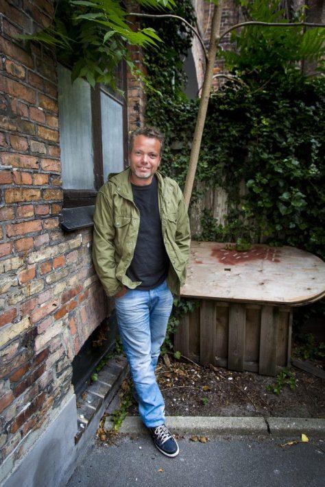 Interview af Rasmus Nøhr til side 2, da han er aktuel med Danmark Dejligst, hvor han turnerer rundt til havekoncerter i Danmarks småbyer.