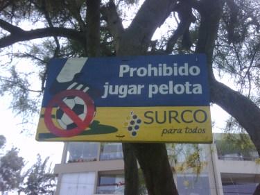 Letrero en parque de Surco