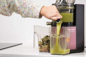 Licuadora Taurus Liquajuice Pro de 200W y prensado en frío preparando zumo