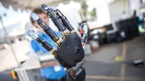 Modüler protez kollu Gerçekçi Robot İle Tanışın