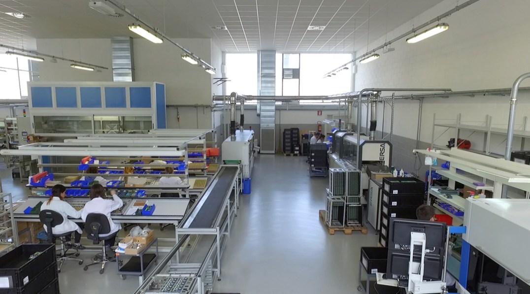 Veduta di una linea di montaggio / Assembly line view