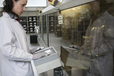 Operatore durante le attività di saldatura in linea / Tecnician during welding process