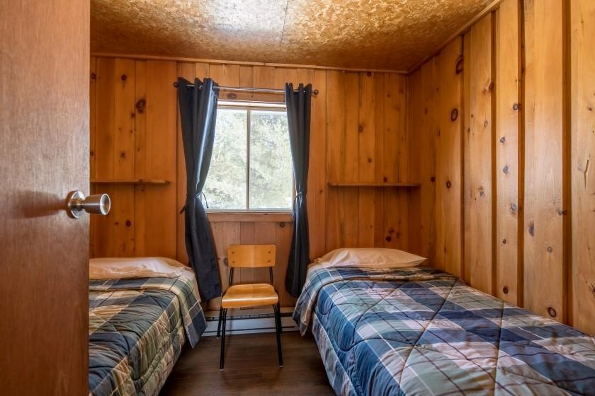 Chalet #7 de la Pourvoirie Mekoos. Chambre avec deux lits simples