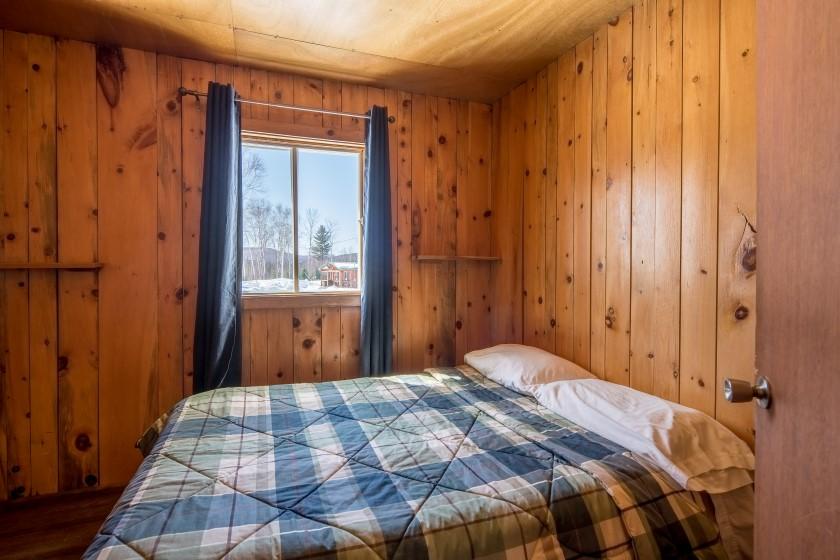 Chalet #7 de la Pourvoirie Mekoos. Chambre avec un lit double