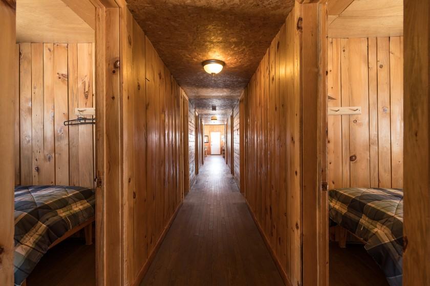 Chalet #7 de la Pourvoirie Mekoos. Corridor des chambres