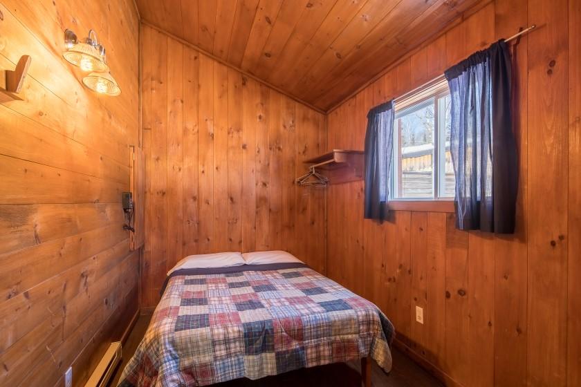 Chalet #9 de la Pourvoirie Mekoos. Chambre avec lit double