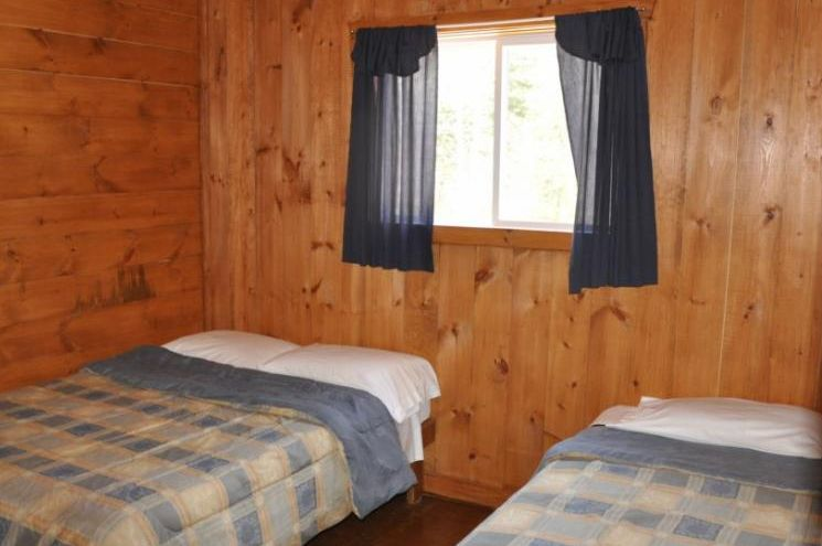 Chalet Chevreuil chambre de la Pourvoirie Mekoos. Un lit double et un lit simple