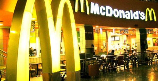 McDonald's annuncia la nuova cannuccia STRAW imitando Apple